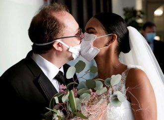 Covid-19: Italians abandon Couple's wedding donned in face masks